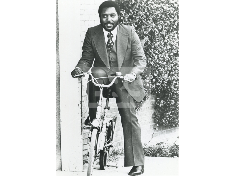118-152-jimmy-bo-horne-riding-a-bike_full